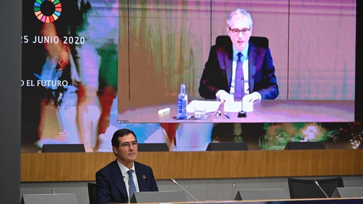El presidente de la CEOE, junto a una pantalla con Pablo Isla en imagen durante el encuentro telemático de la CEOE.