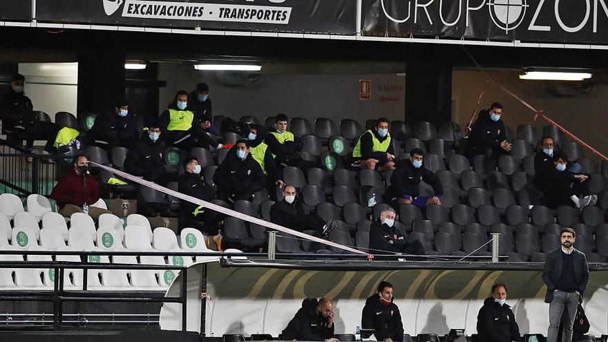Así vivieron el partido los jugadores afectados por el brote del Sporting: Confinados en la grada