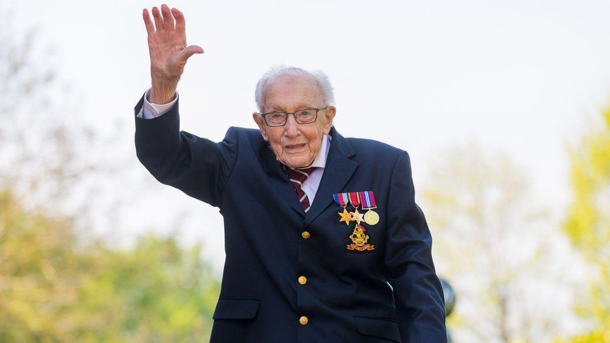 Inglaterra reza por la última batalla del capitán Tom Moore