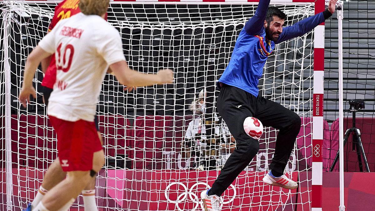 El gallego Rodrigo Corrales detiene el lanzamiento de un jugador noruego. // EFE