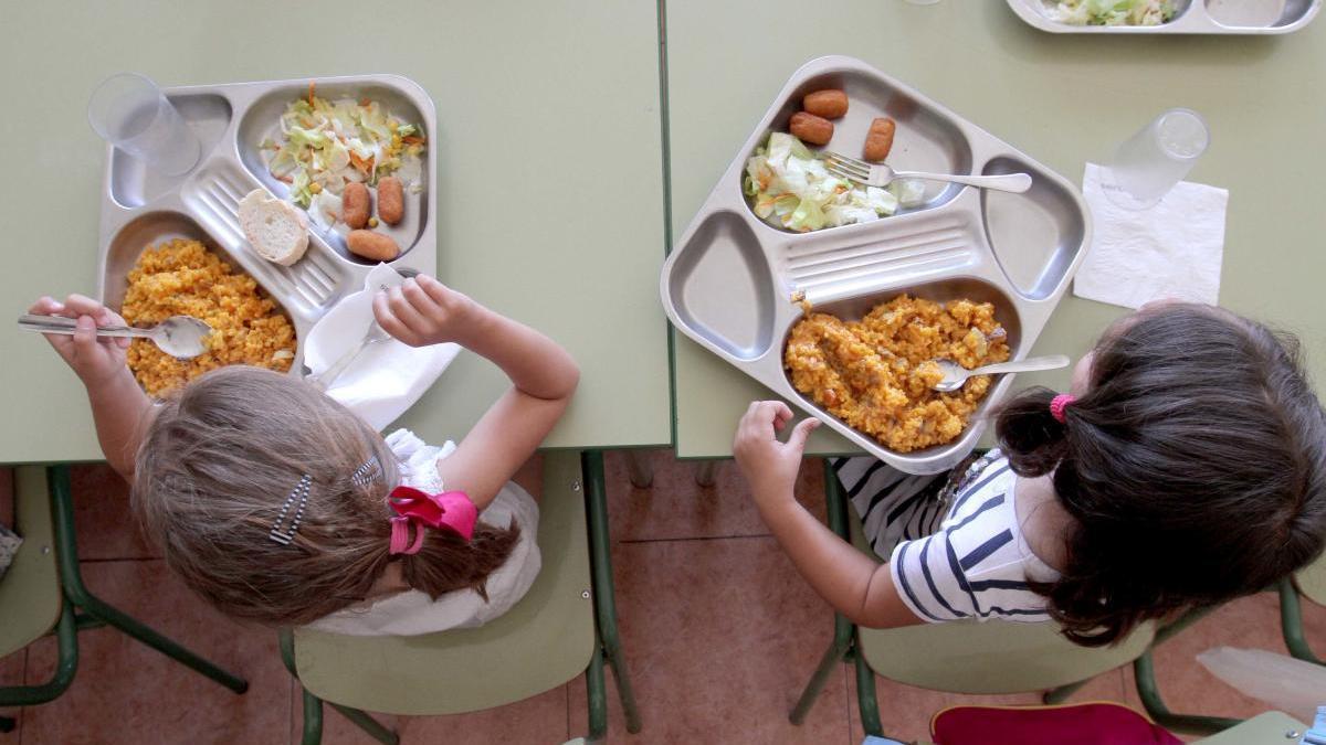 Niños comiendo en un comedor