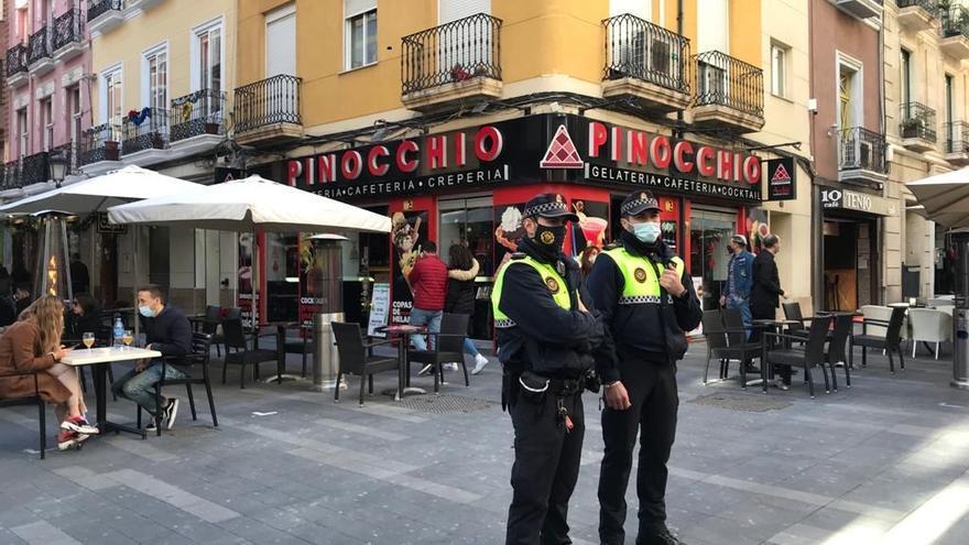 La Policía Local disuelve un botellón la pasada noche y sanciona a 27 personas en Alicante
