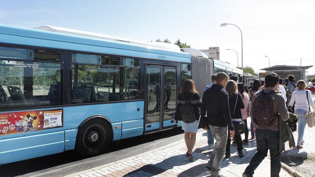 Colas para el autobús en la Universidad de Málaga en 2012.