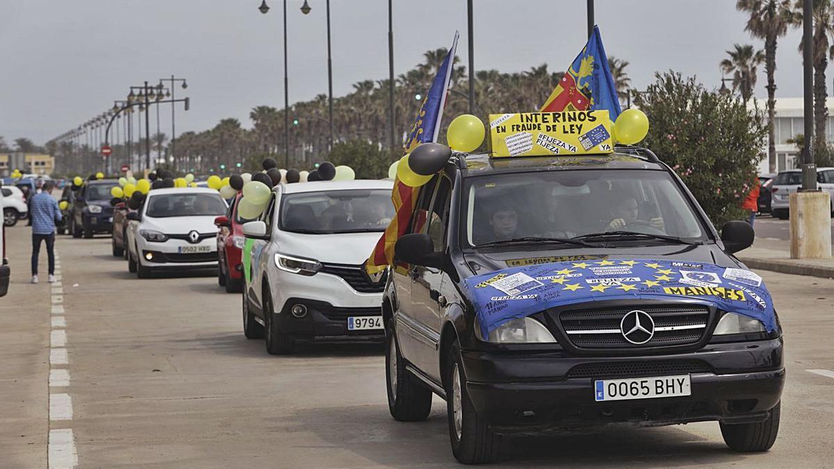 La caravana de coches en protesta por el abuso de la temporalidad, ayer en València.   EDUARDO RIPOLL