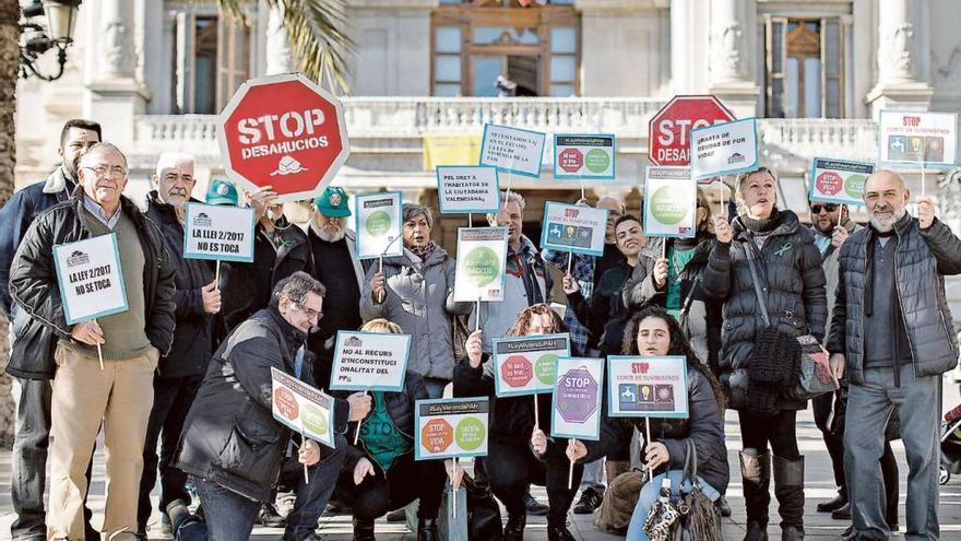 El Consell analiza el decreto catalán que obliga a la banca a firmar alquileres sociales