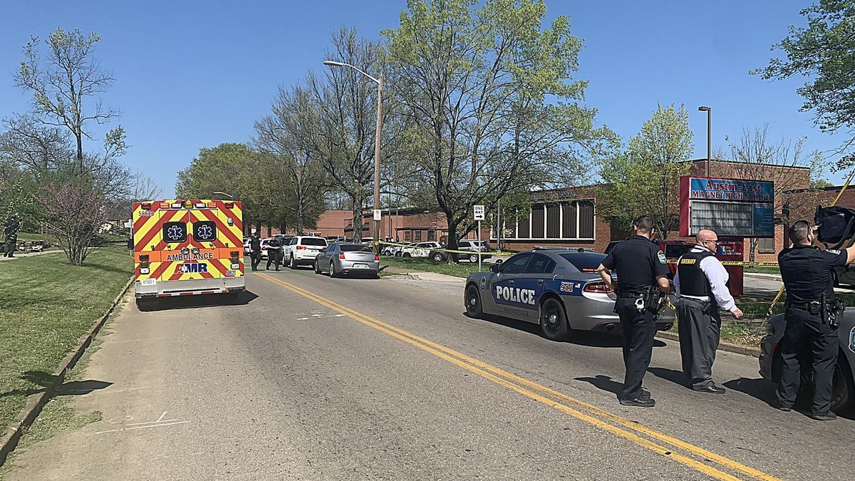 La Policía rodea el instituto Austin-East Magnet en la ciudad de Knoxville, al este de Tennessee, tras un tiroteo.