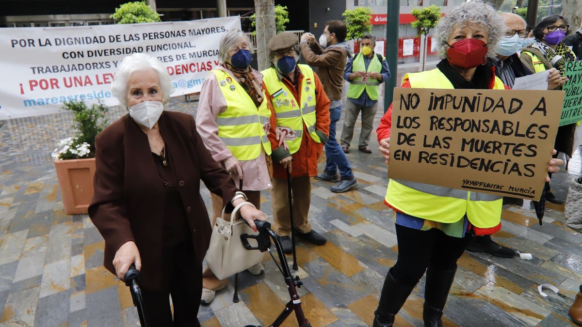 Protesta en Murcia de Marea de Residencias en Alfonso X El Sabio