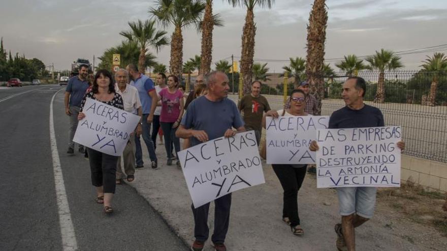 Vecinos del camino de Torrellano al aeropuerto piden alcantarillado y luz