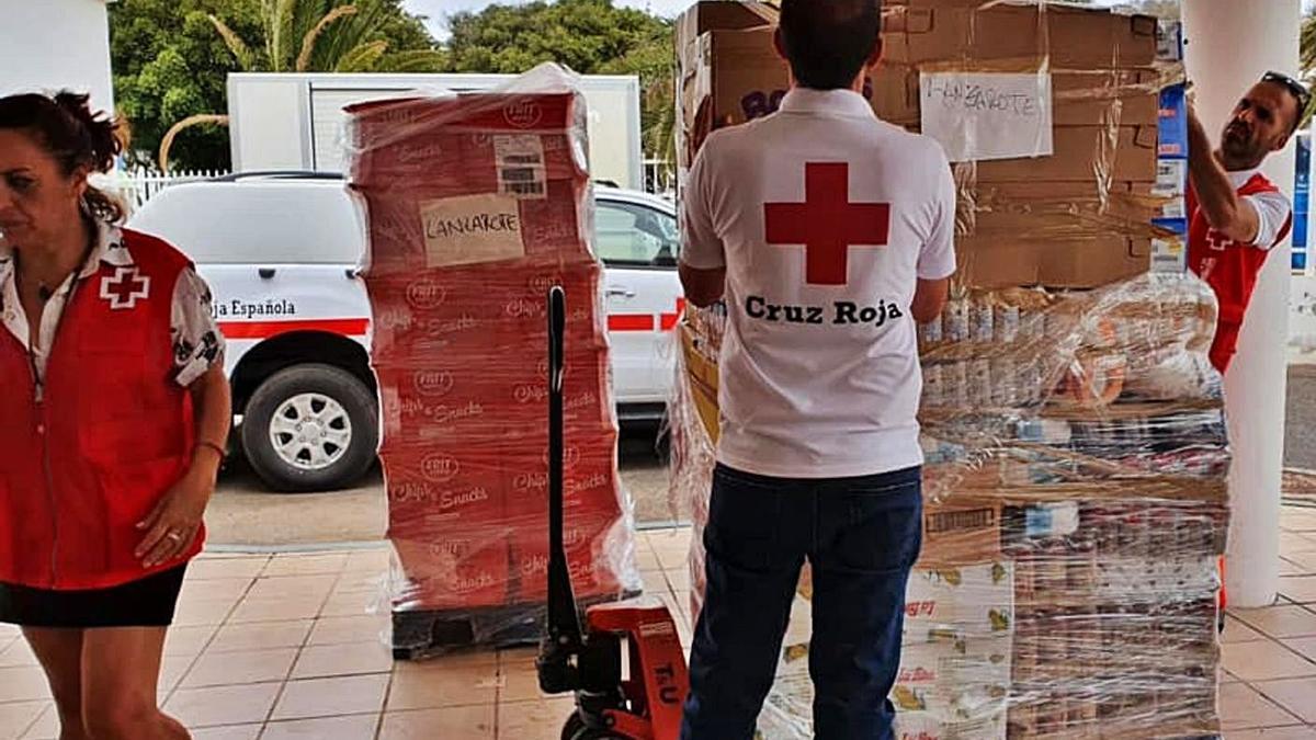 Entrega de alimentos en Cruz Roja de Lanzarote.