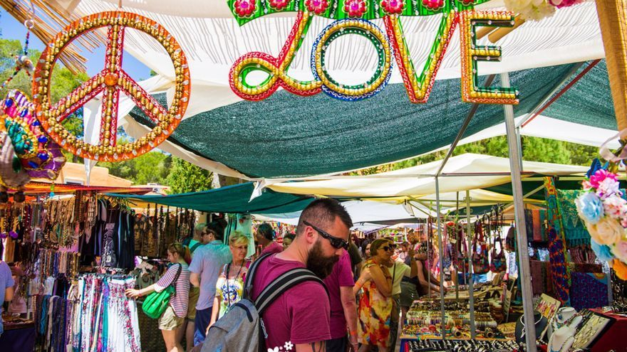 El Hippy Market de Punta Arabí recibe el permiso de última hora para abrir mañana