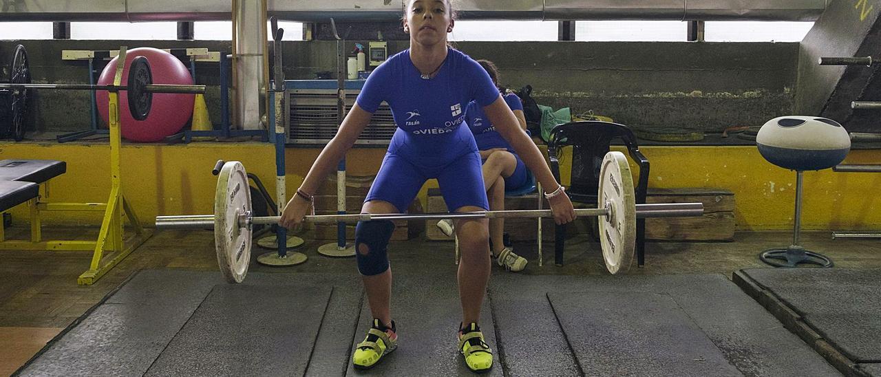 Carla González durante un entrenamiento en el gimnasio del Club San Mateo, en el Palacio de los Deportes de Oviedo