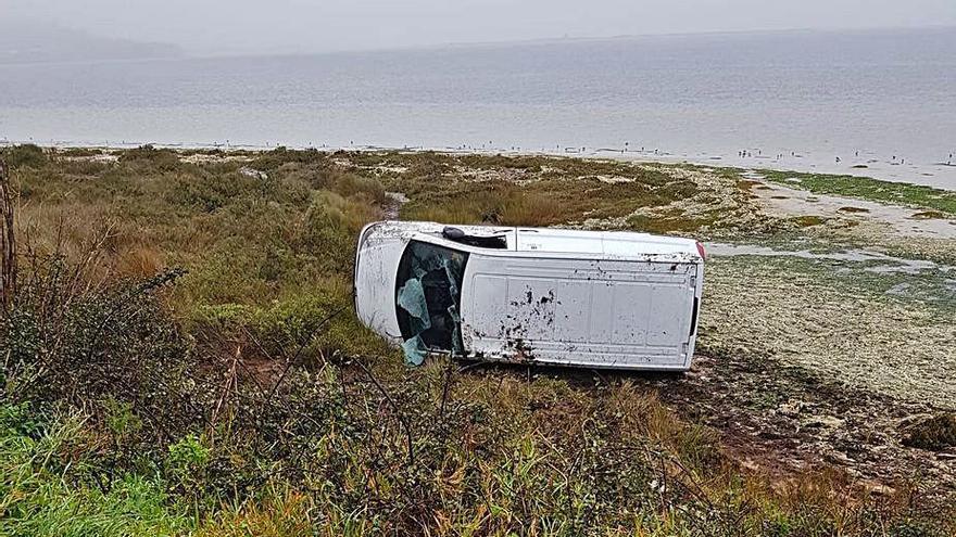 Una furgoneta vuelca en las marismas de A Lanzada y sus ocupantes salen ilesos