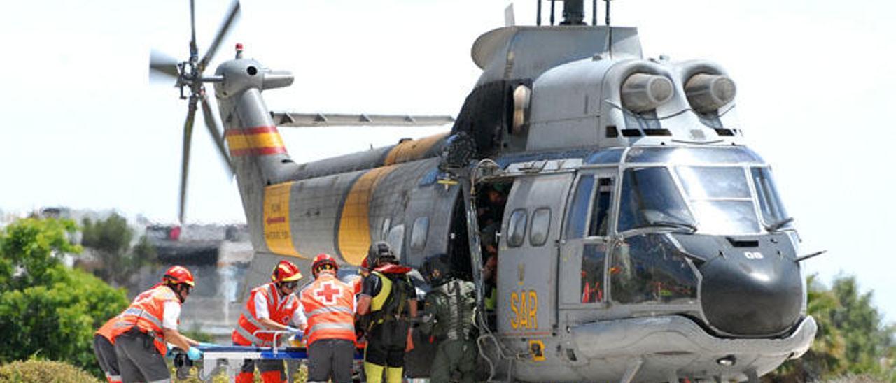 El helicóptero del Servicio de Búsqueda y Salvamento del Ejército del Aire aterriza con los supuestos afectados en el hospital Doctor Negrín.