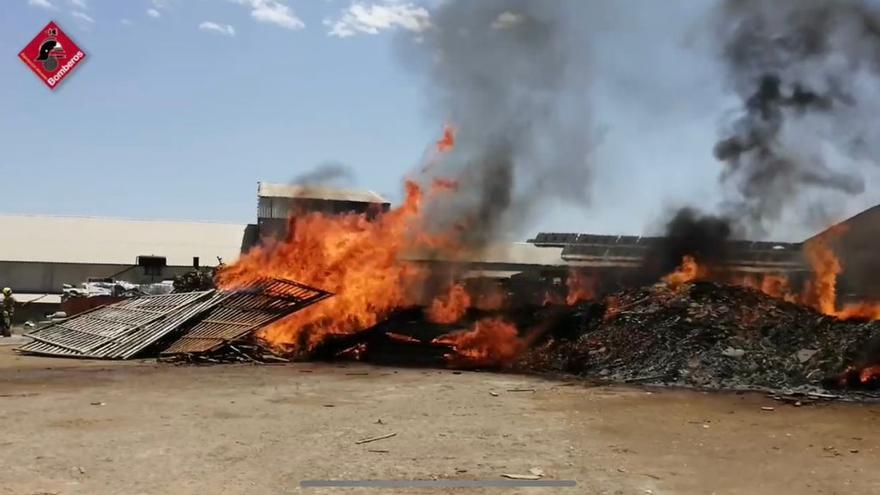 Los bomberos extinguen un incendio en una nave de Crevillent