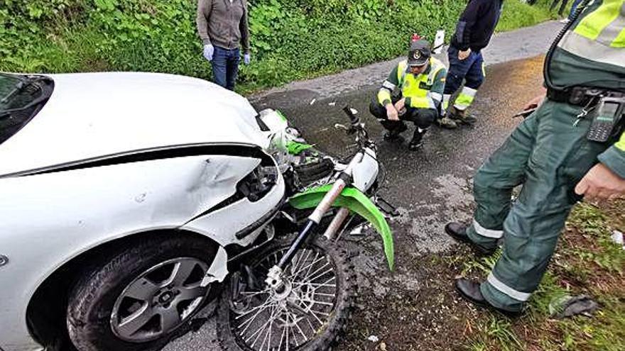 Dos hermanos mueren en Cangas al chocar su moto con un vehículo