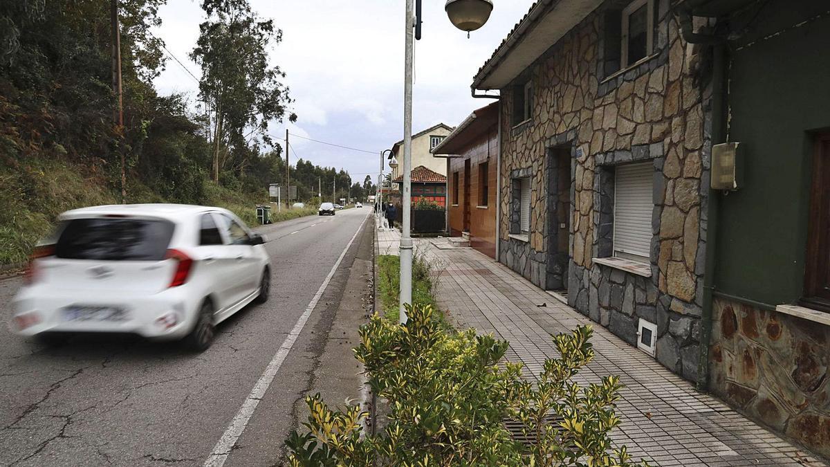 A la derecha, la casa del Pico, en San Juan de la Arena, en la que se produjo el homicidio.