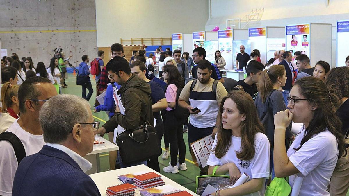 Numerosos alumnos se acercan a la feria de bienvenida del Campus Viriato de Zamora. | José Luis Fernández