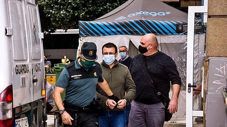 Toman dos muestras de saliva al autor confeso del triple crimen de Valga