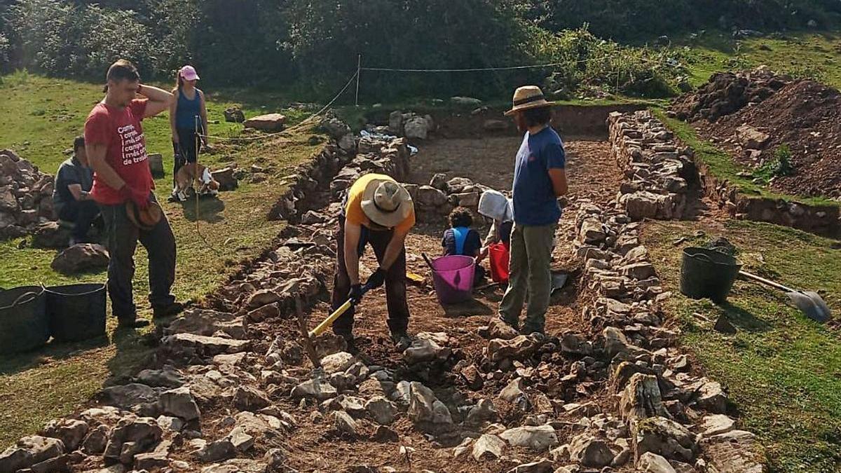 Arqueólogos trabayando na braña.