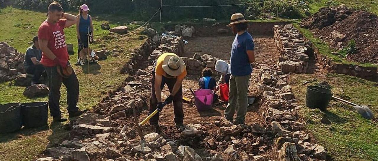 Arqueólogos trabajando en la braña.