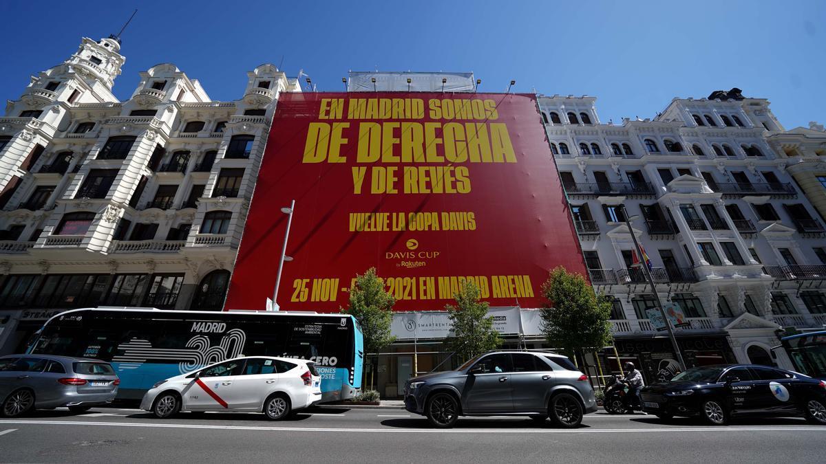 El cartel promocional de la Copa Davis en la Gran Vía de Madrid.