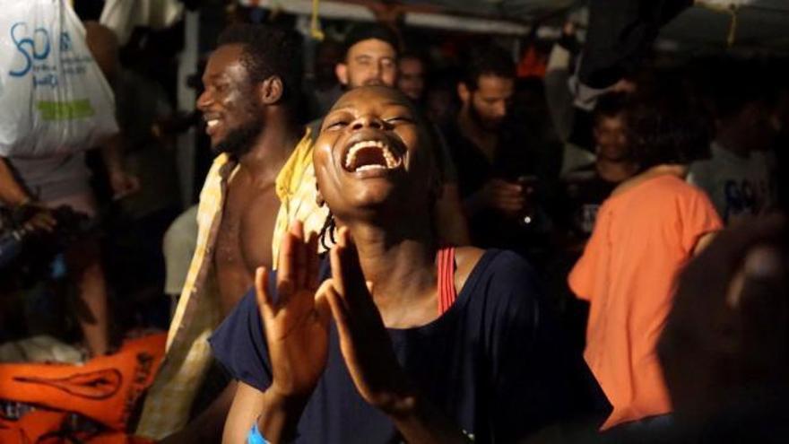Los inmigrantes del Open Arms desembarcan en Lampedusa tras la orden del fiscal italiano