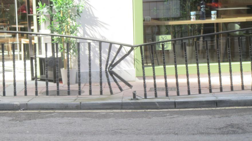Susto en la Calle Peñalver, en la ciudad de Cangas de Onís  Un coche impacto contra la valla de protección, pero sin causar daños personales