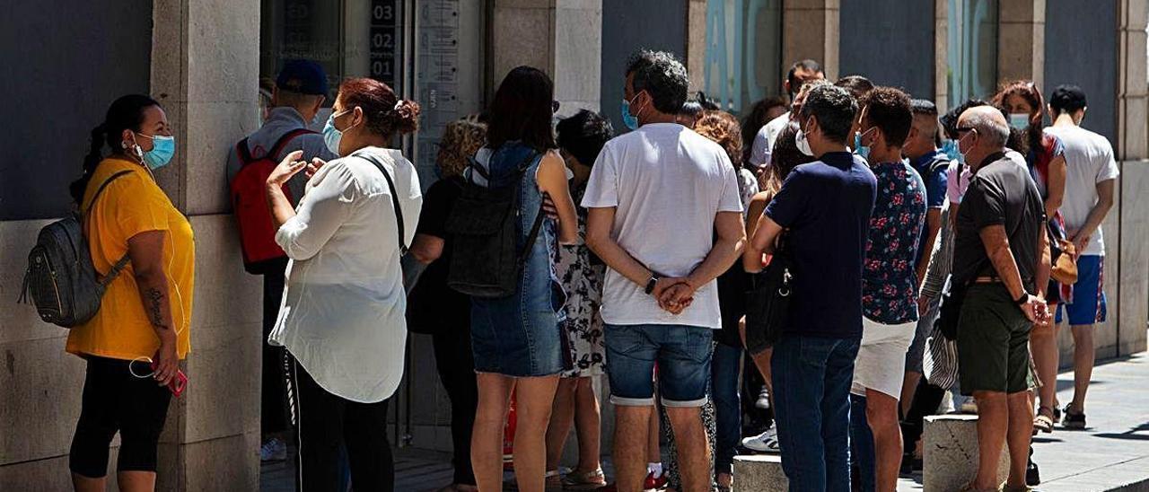 Colas en la puerta del SAIC, en la calle Cervantes, en una foto tomada en los últimos días.