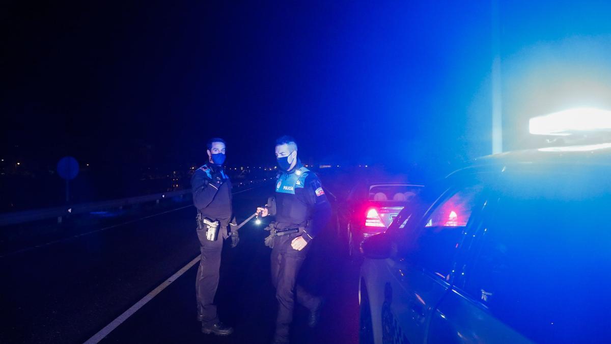 Agentes de la Policía Local durante un control de tráfico
