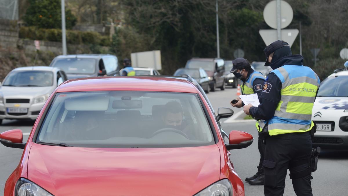 Agentes de la Policía Local en el control ayer.