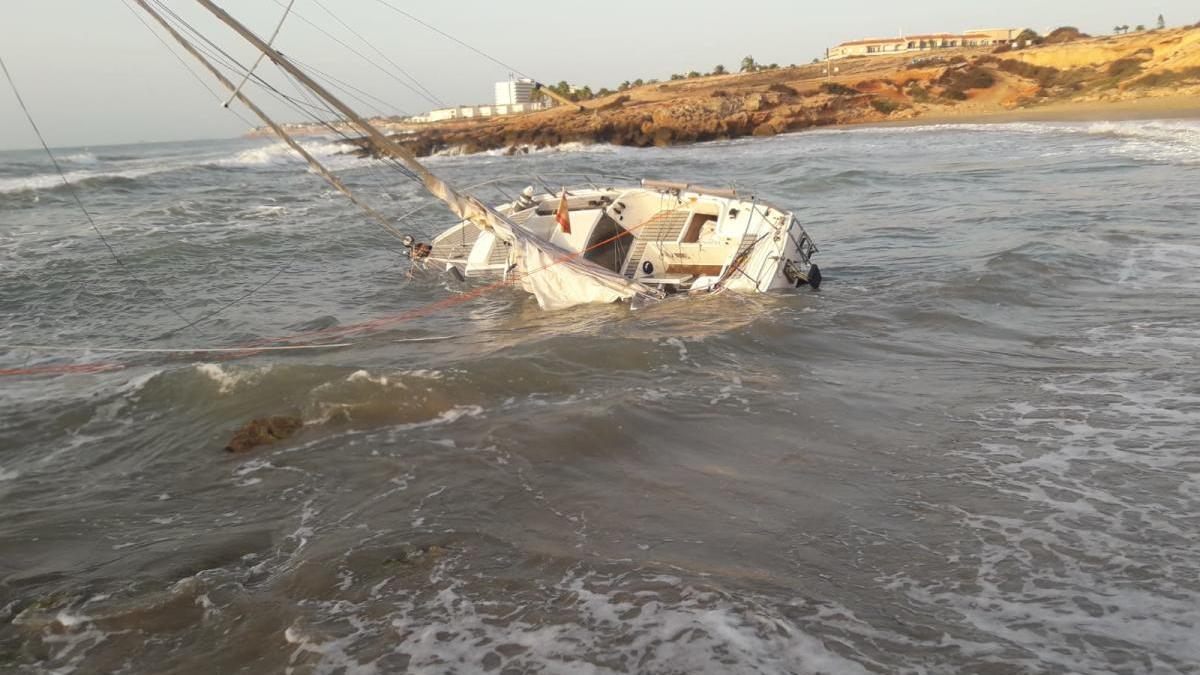 Imagen del velero tras encallar muy cerca de la orilla, en Cala Mosca. INFORMACIÓN