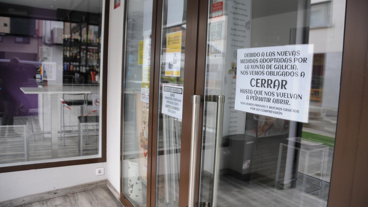 Un cartel de local de hostelería cerrado en Bueu.