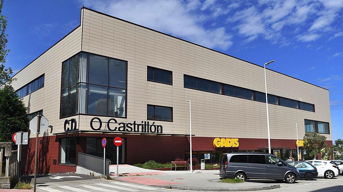 Exterior de las instalaciones del polideportivo de O Castrillón, por el momento cerrado.     // CARLOS PARDELLAS