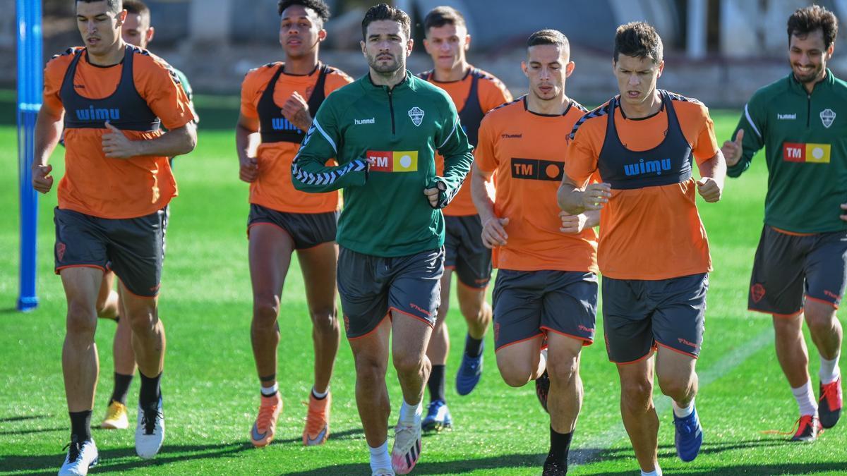 El defensa del Elche Barragán, en el centro y con chándal durante un entrenamiento de esta semana, apunta a titular hoy en Vitoria.