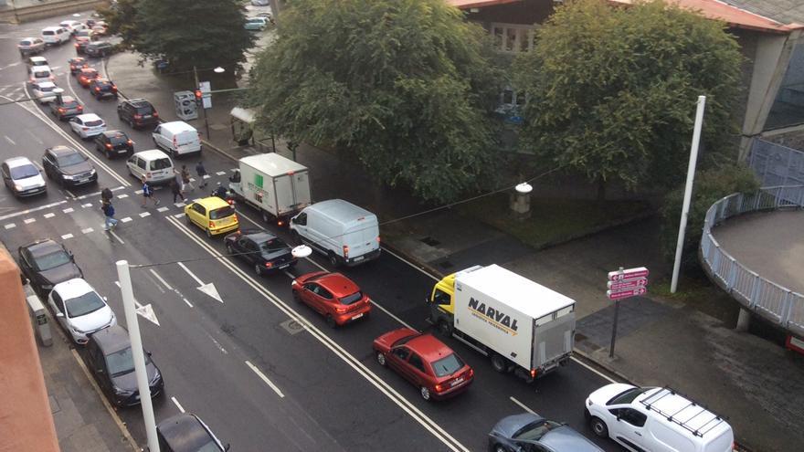 Un atasco en la avenida de Fisterra y el entorno de la plaza de Pontevedra colapsa el tráfico en el centro de A Coruña