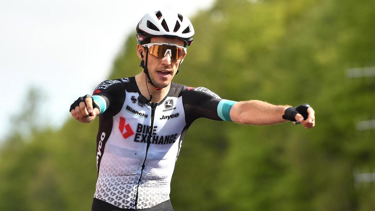 Simon Yates celebra su victoria en la 19ª etapa del Giro.