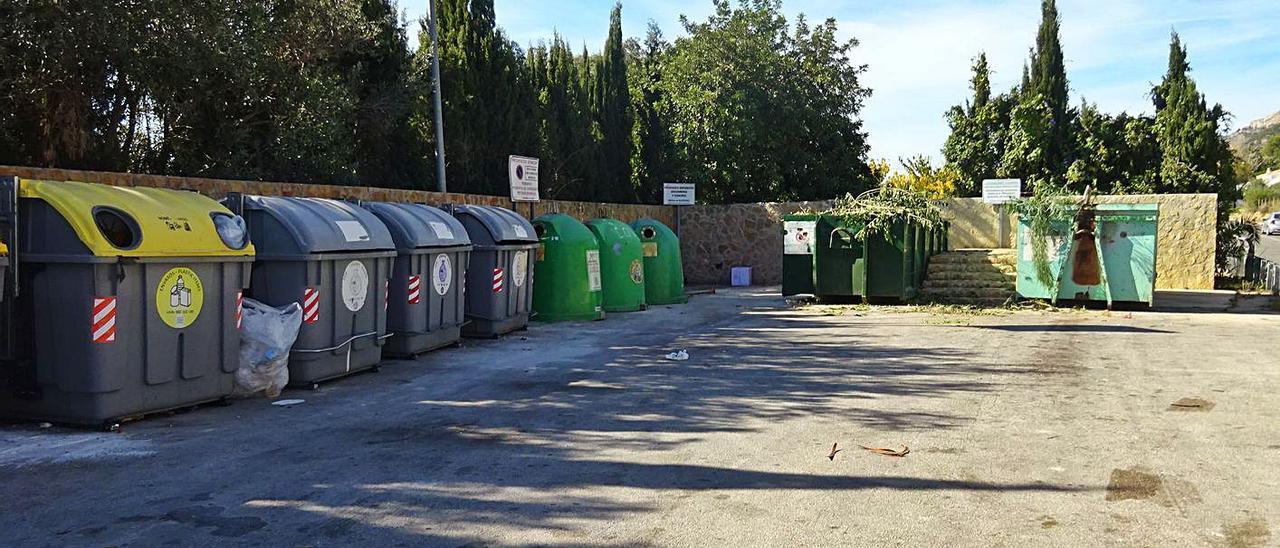 Uno de los puntos verdes que repartidos por Xàbia facilitan la separación de residuos   CARLOS LÓPEZ