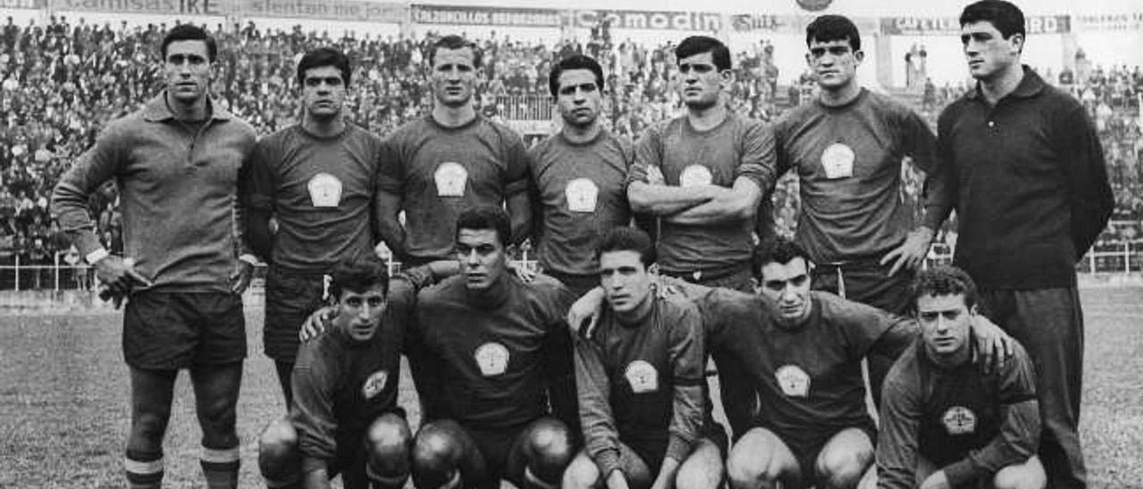 La selección militar de fútbol posa en el partido que perdieron en El Molinón de Gijón 1-2 contra Turquía. De izquierda a derecha, en la fila superior, Rodri (Atl. de Madrid),  Echarri (Valladolid), Gallego (Barcelona), Rebellón (Sevilla), Martínez Jayo (Atl. de Madrid), Glaría (Atl. de Madrid) y Rodri II (Levante); en la fila inferior, Ufarte (Atl. de Madrid),  Guedes (UD Las Palmas), Grosso (Real Madrid), Fusté (Barcelona) y Oliveros (Sevilla).    LP/DLP