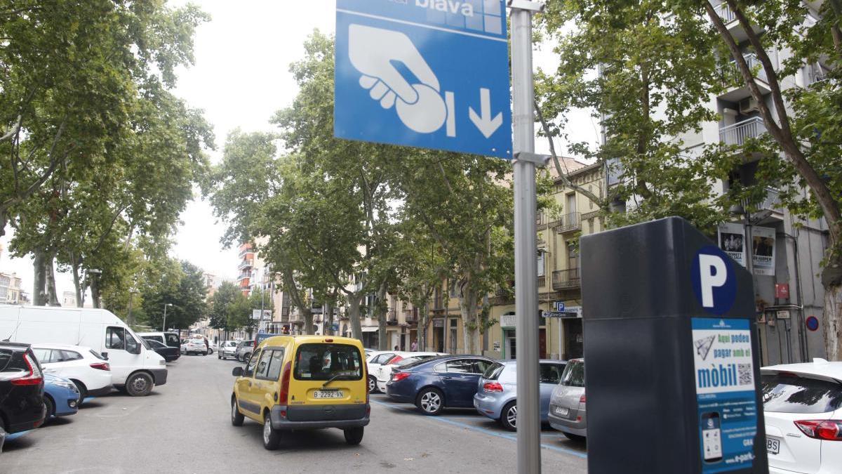 Una àrea d'aparcament de Zona Blava de la ciutat de Girona, foto d'arxiu