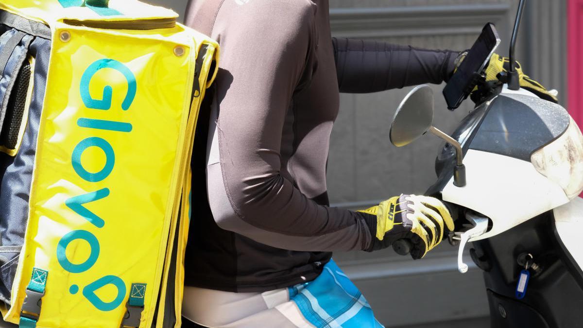 Maleta de un repartidor en moto como la que simulaban los dos detenidos por la Policía Nacional.