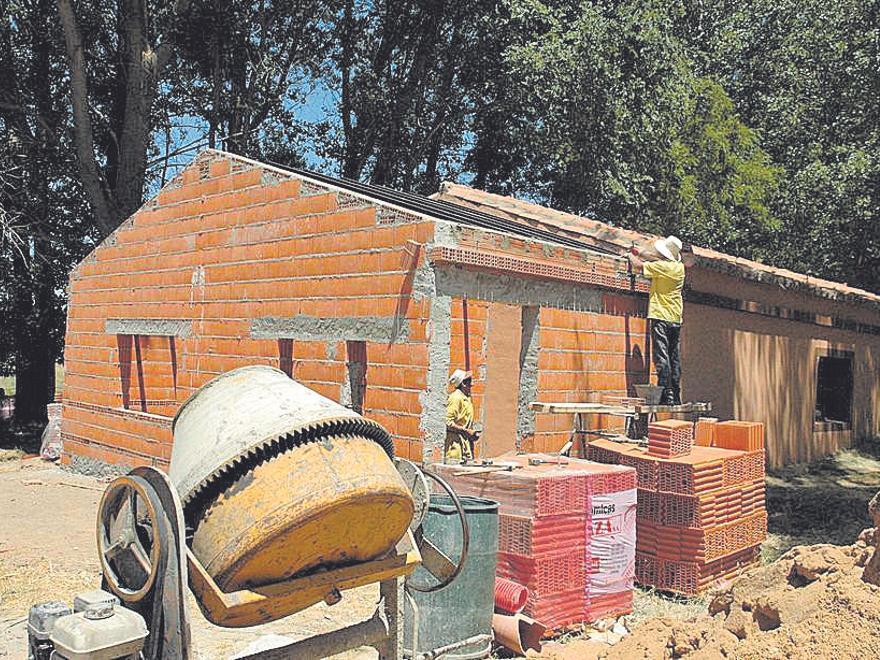 Albañiles trabajan en la construcción de un edificio. | J. V.
