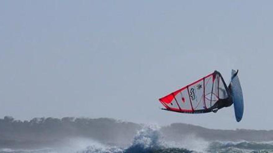 Surfer kommt bei Sturm in der Bucht von Alcúdia zu Tode