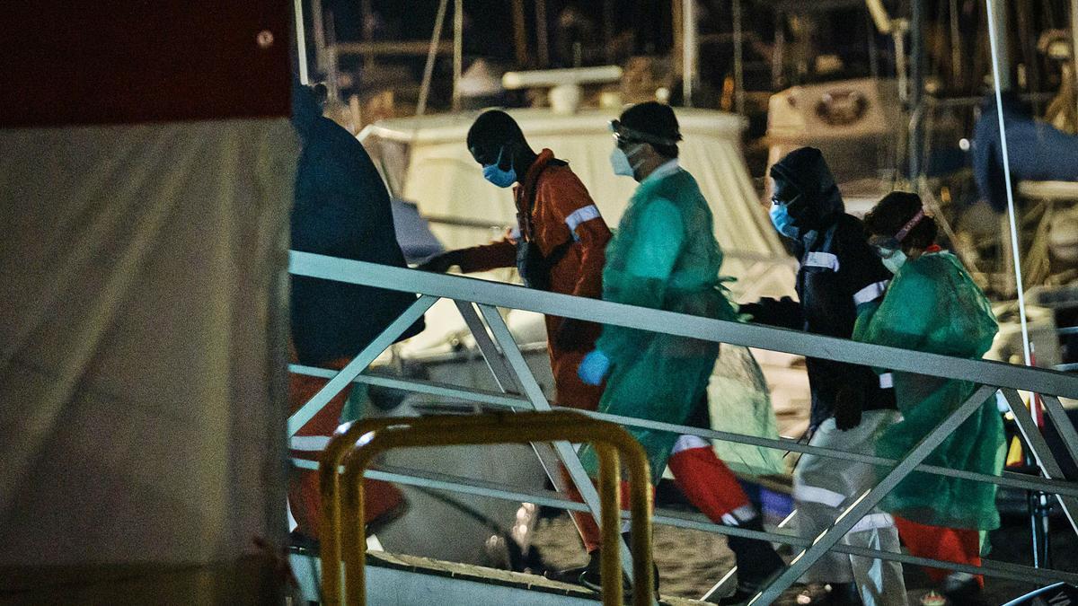 Migrantes subsaharianos en el puerto de Santa Cruz de Tenerife.