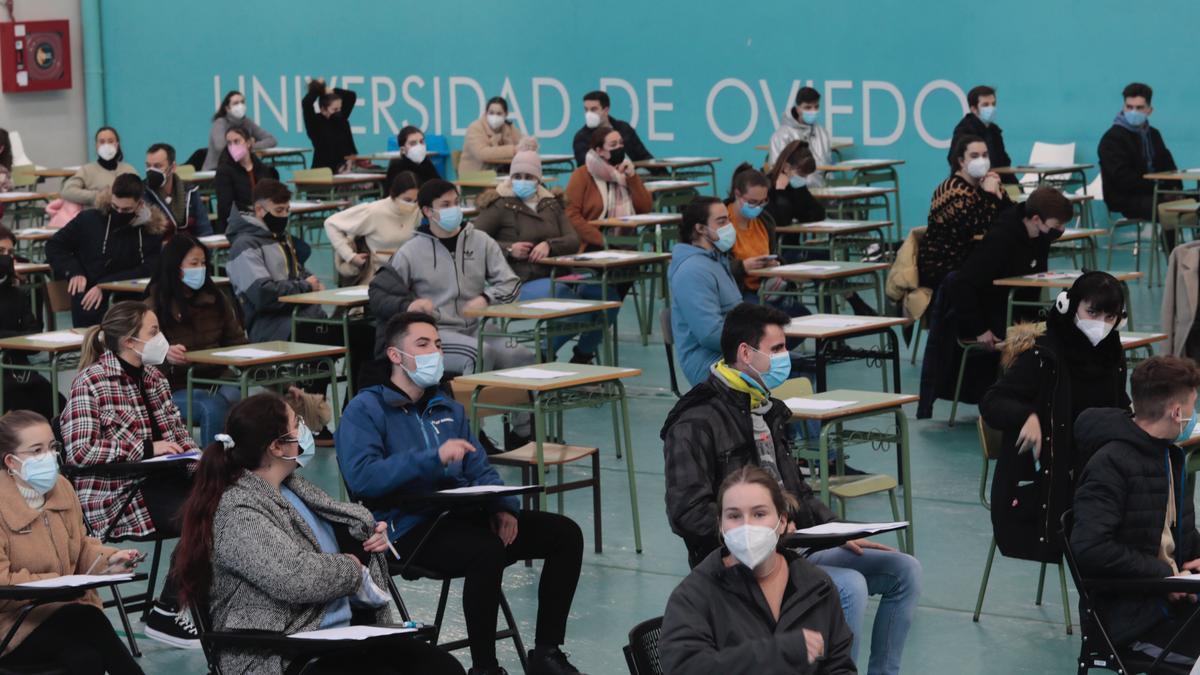 Alumnos el pasado enero en un examen presencial en el polideportivo del CAU
