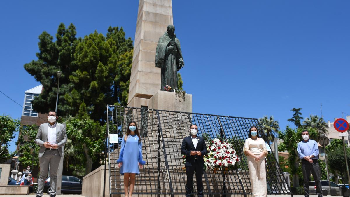 Estructura que habilitaron el año pasado para realizar la ofrenda al patrón, ante la estatua de Sant Pasqual.