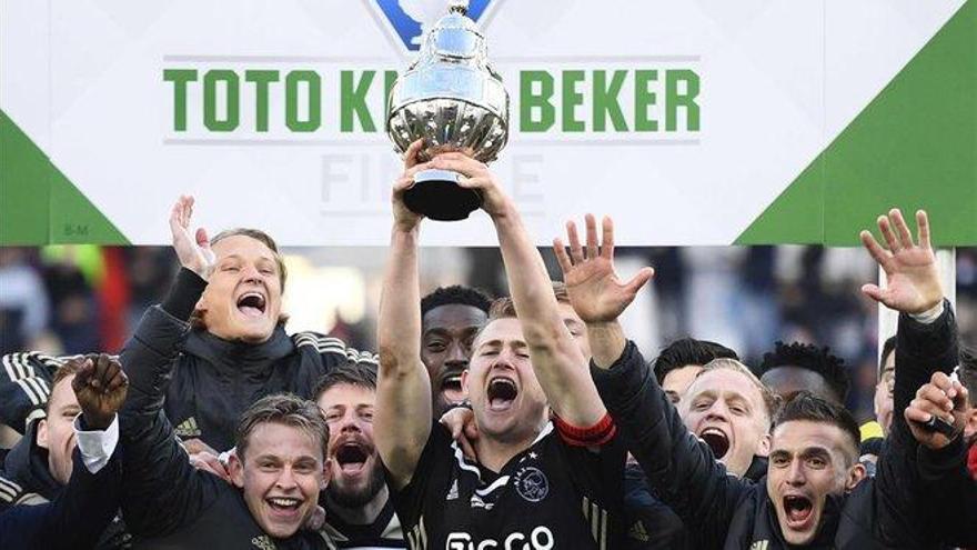 El Ajax da el primer paso hacia el triplete ganando la Copa