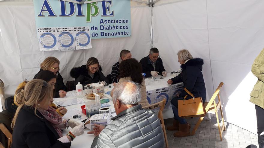 Benavente conmemora el Día Mundial de la Diabetes iluminando de azul las fachadas de las casas consistoriales