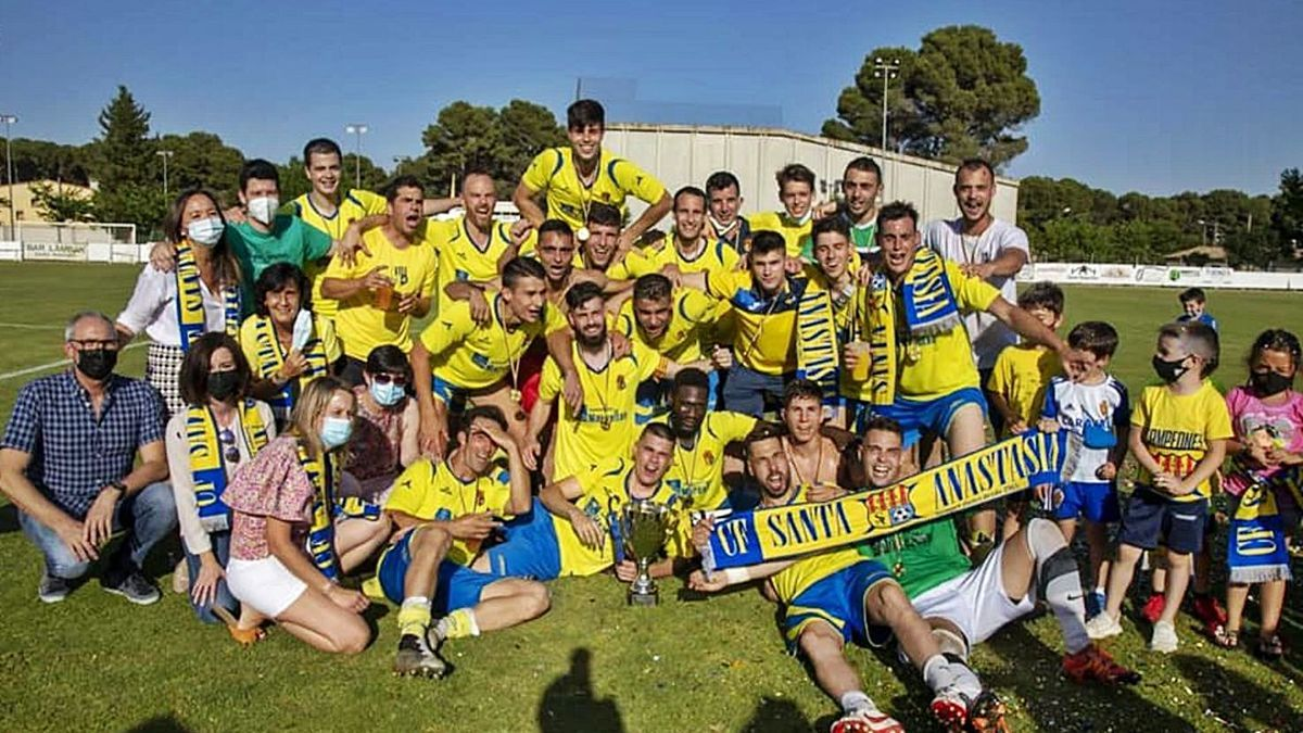 Los jugadores del primer equipo celebran el ascenso de categoría con varios familiares.