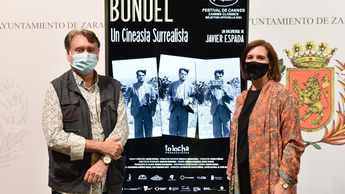 Javier Espada y Sara Fernández, en el Ayuntamiento de Zaragoza.