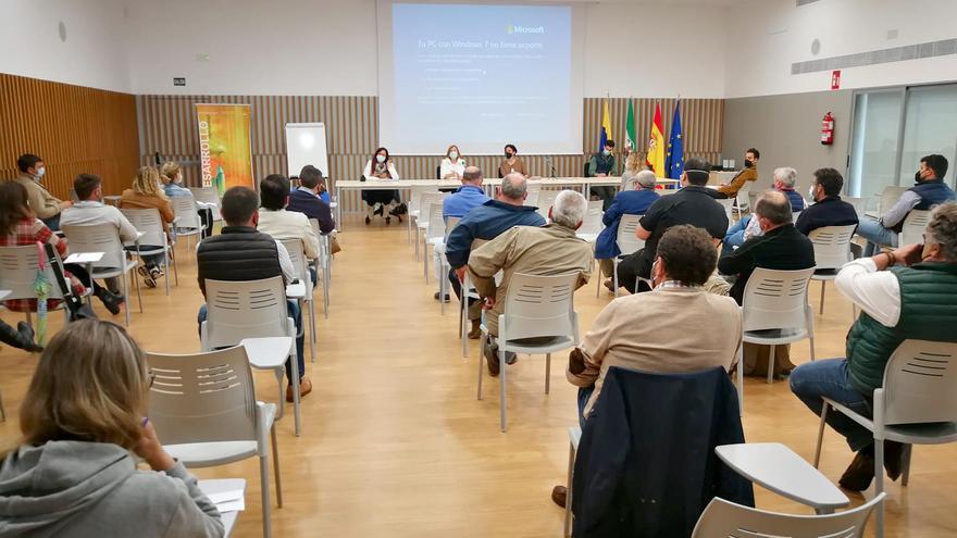 La alcaldesa de Palma del Río informa a los empresarios de los proyectos para zonas industriales